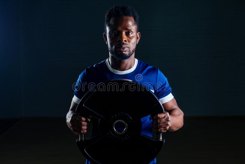 Jovem jogador africano jogando esportista exercitando camiseta estúpida uniformes esportivos esporte usa preto foto de stock royalty free
