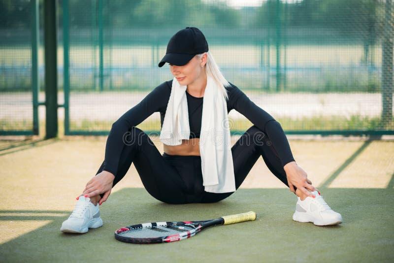 Jovem linda descansando na quadra de tênis Estilo de vida desportivo saudável imagens de stock