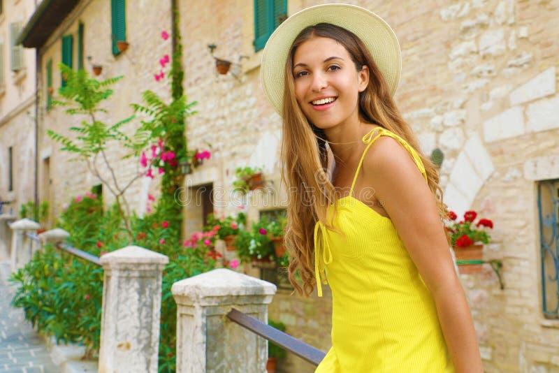 Jovem linda sentada na rua da velha cidade italiana na Toscana imagem de stock royalty free