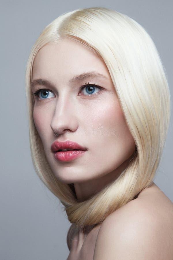 Jovem loira com maquiagem natural imagem de stock