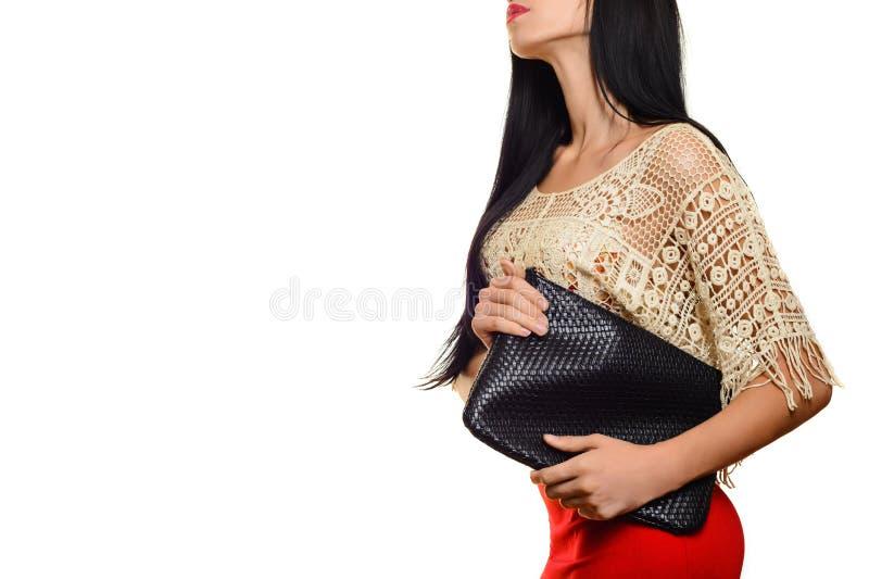 Jovem mulher à moda elegante na saia vermelha com embreagem preta fotografia de stock