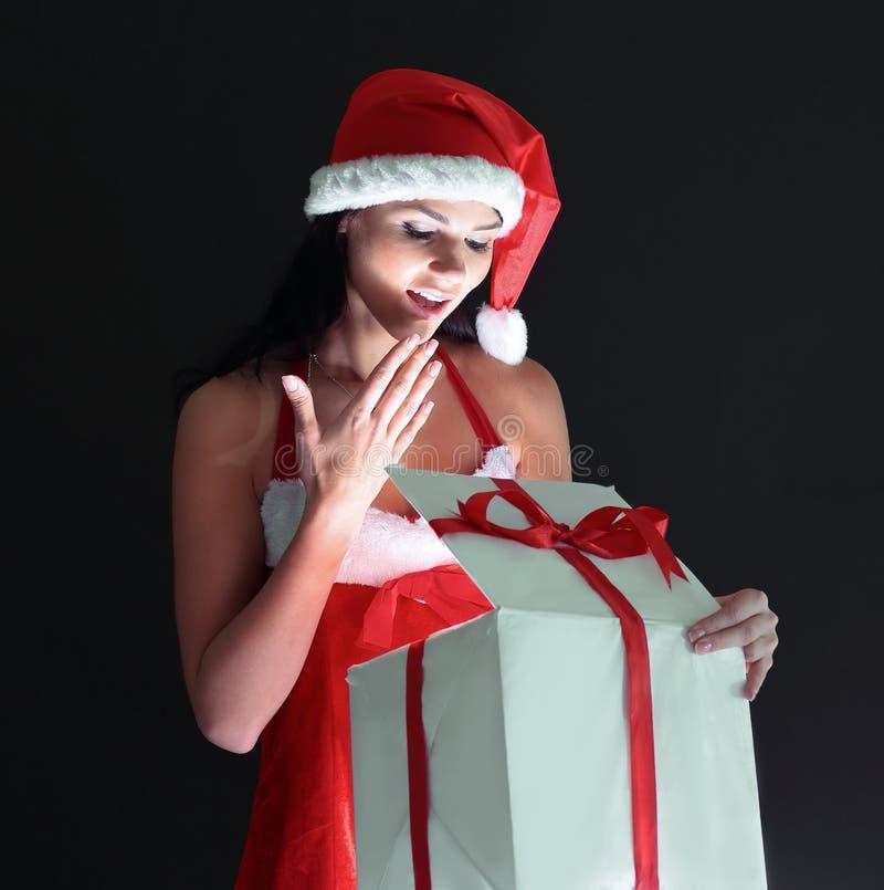 Jovem mulher à moda no traje de Santa Claus com soldado do Natal imagens de stock