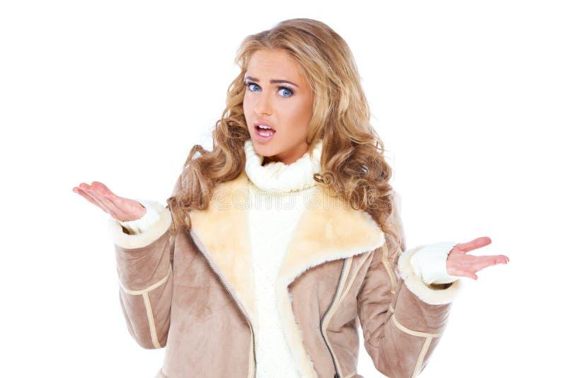 Jovem mulher à moda que shrugging seus ombros fotografia de stock royalty free