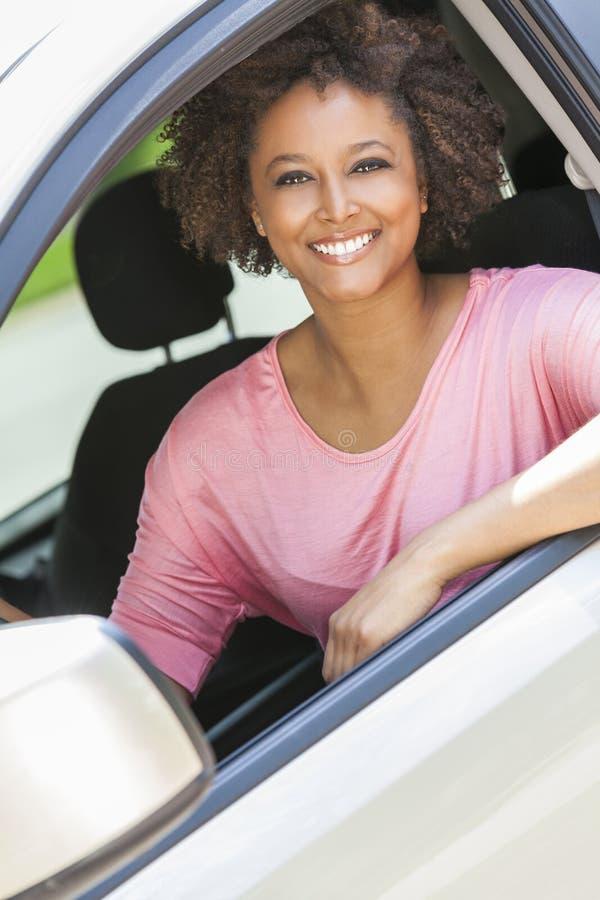Jovem mulher afro-americano da menina que conduz o carro imagens de stock