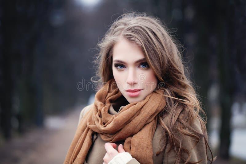 Jovem mulher agradável fora no parque fotos de stock