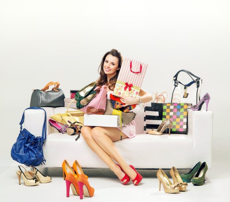 Jovem mulher alegre com abundância dos sacos de compras fotos de stock royalty free