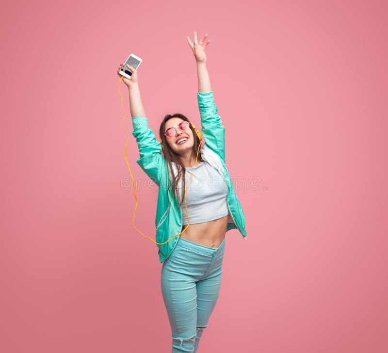 Jovem mulher alegre com smartphone fotos de stock