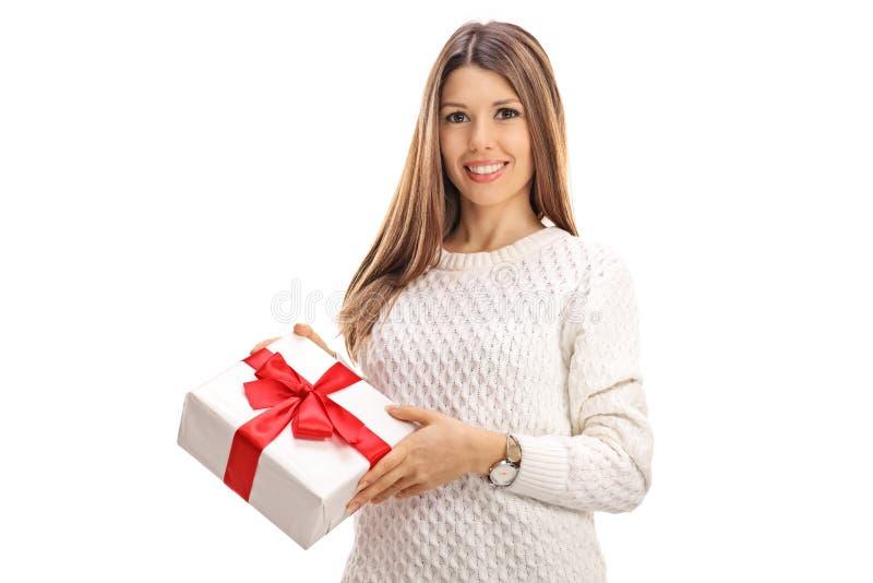 Jovem mulher alegre com um presente fotos de stock royalty free