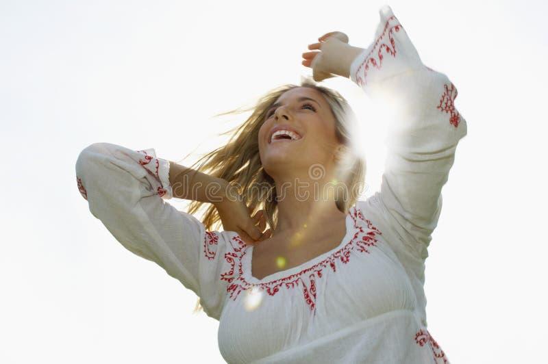 Jovem mulher alegre em Sunny Day fotografia de stock
