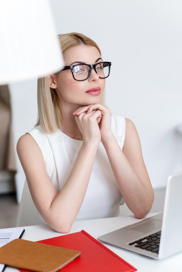A jovem mulher alegre está fazendo a decisão séria imagens de stock royalty free
