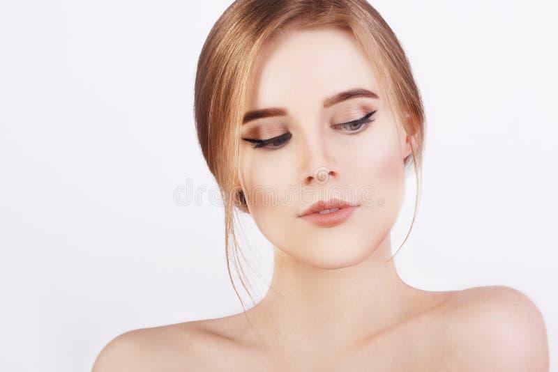 Jovem mulher alegre feliz com pele limpa perfeita e cabelo louro Menina loura fresca nova da menina bonita imagem de stock