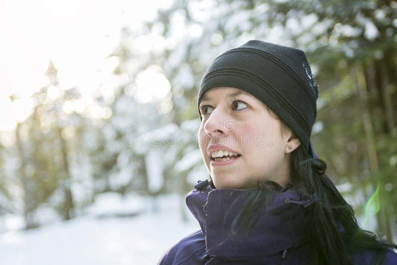 Jovem mulher alegre na atividade exterior do inverno imagem de stock royalty free