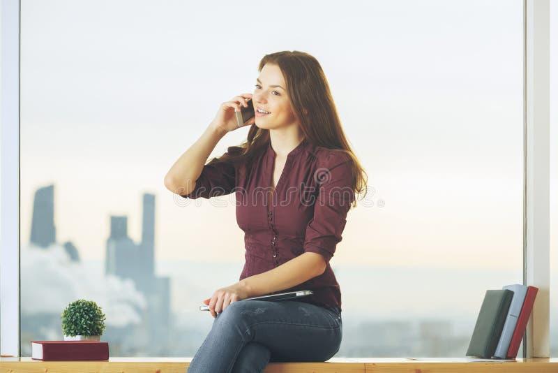 Jovem mulher alegre no telefone fotografia de stock royalty free