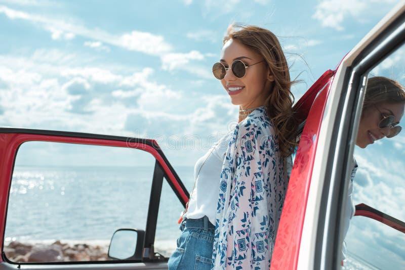 Jovem mulher alegre nos óculos de sol imagens de stock