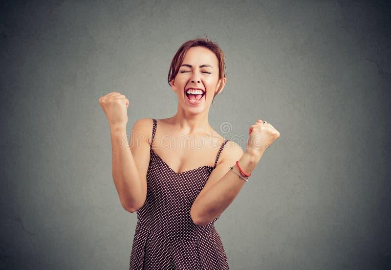Jovem mulher alegre que aprecia o sucesso fotos de stock royalty free