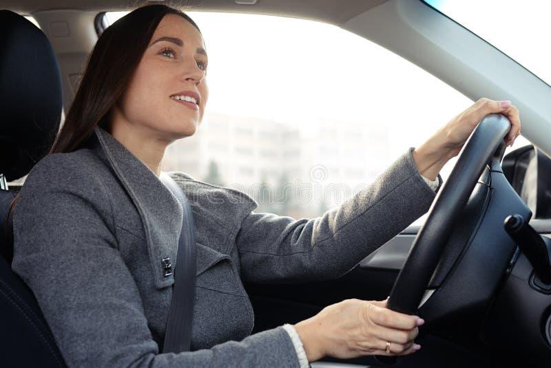 Jovem mulher alegre que conduz um carro imagem de stock royalty free