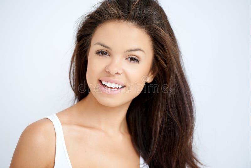 Jovem mulher amigável natural bonita fotografia de stock