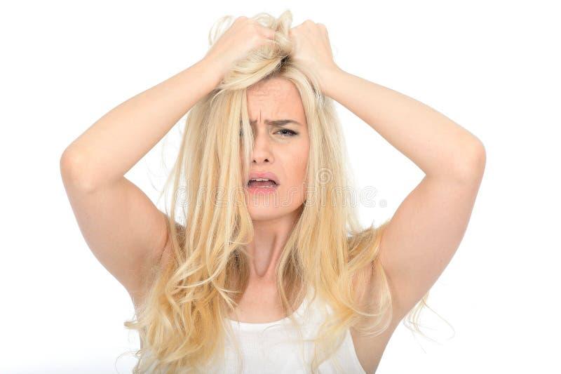 Jovem mulher ansiosa atrativa da virada que olha infeliz e frustrante forçados fotografia de stock