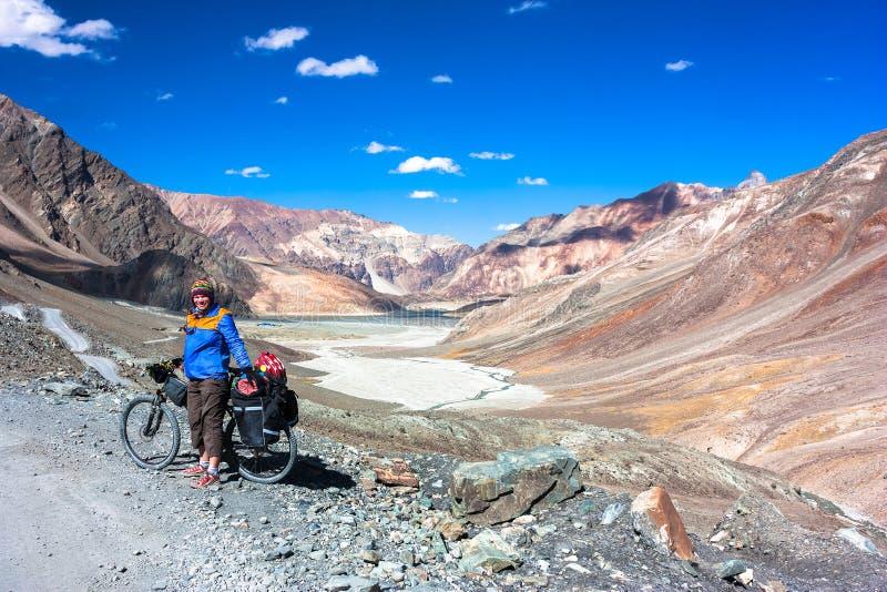 A jovem mulher aprecia montanhas nos Himalayas fotos de stock royalty free