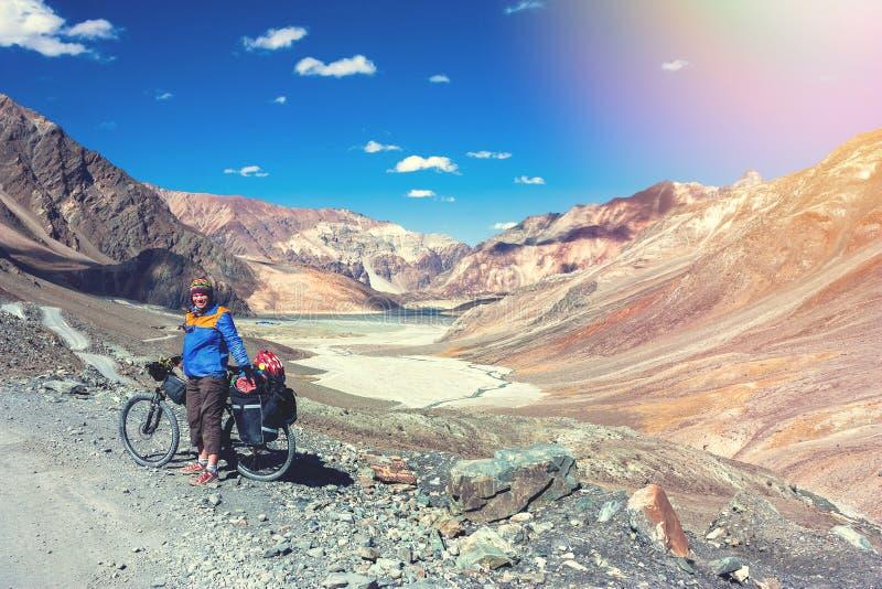 A jovem mulher aprecia montanhas nos Himalayas fotografia de stock