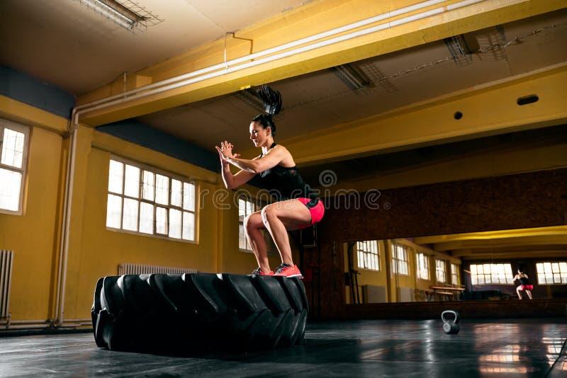 Jovem mulher apta que exercita no gym fotos de stock