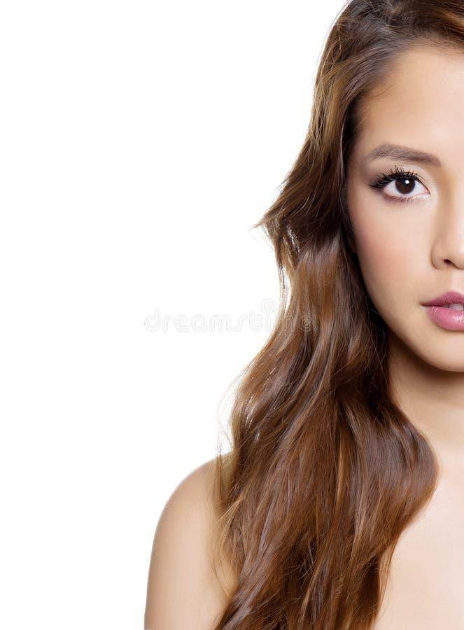 Jovem mulher asiática bonita no vestido branco com pele sem falhas foto de stock