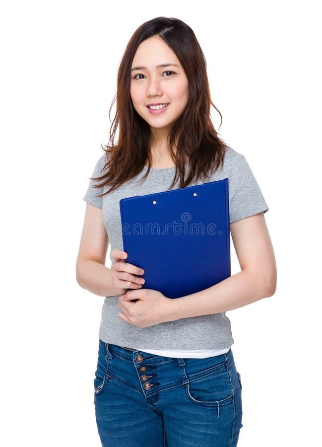Jovem mulher asiática que guarda com prancheta fotos de stock