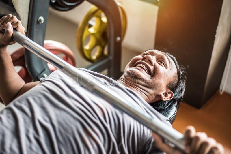 A jovem mulher asiática que relaxam no gym da aptidão e o clube de esporte centram-se fotos de stock