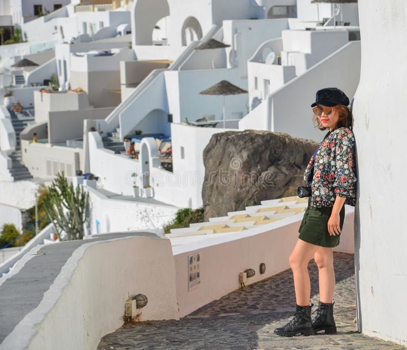 Jovem mulher asi?tica na ilha de Santorini foto de stock royalty free