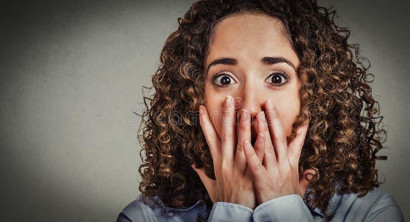 Jovem mulher assustado preocupada Headshot foto de stock royalty free