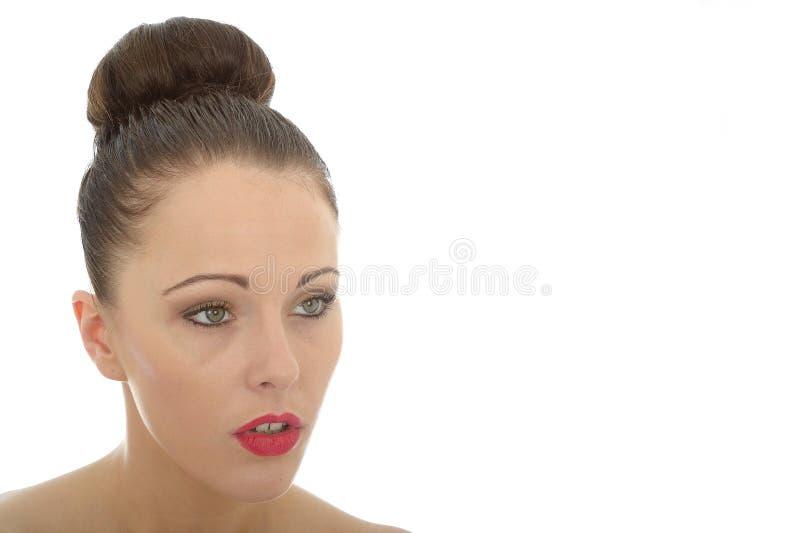Jovem mulher atenta bonita que olha interessada e que paga em foto de stock royalty free