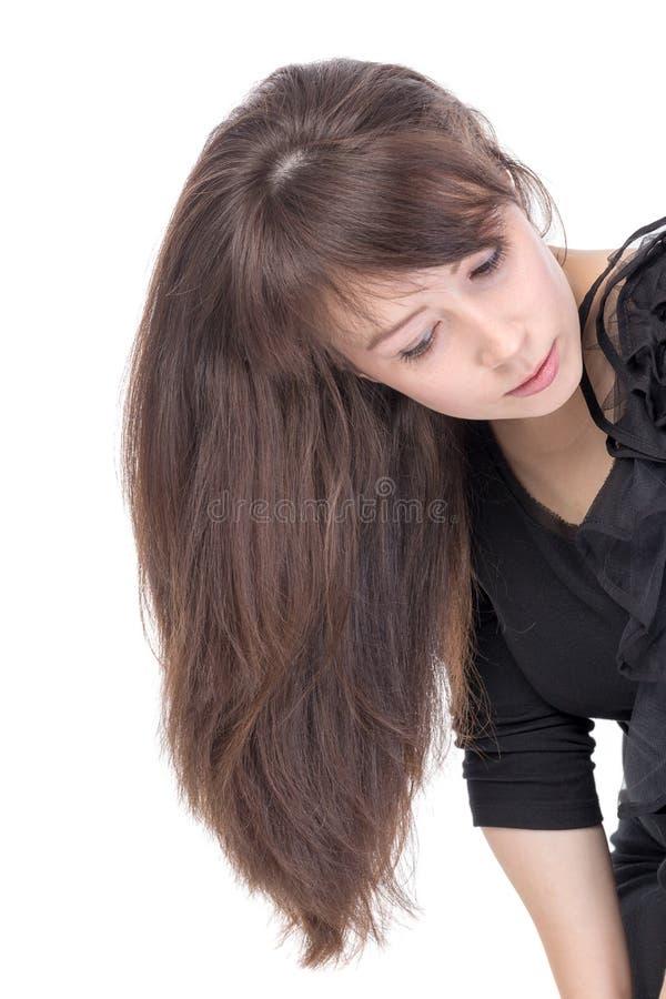 Jovem mulher atrativa com cabelo moreno longo foto de stock royalty free