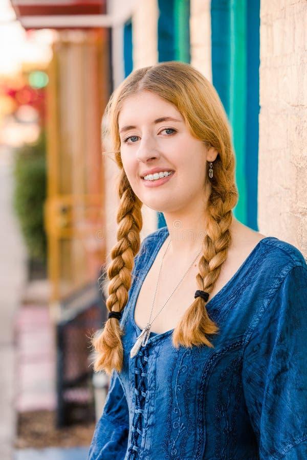Jovem mulher atrativa com cintas foto de stock royalty free