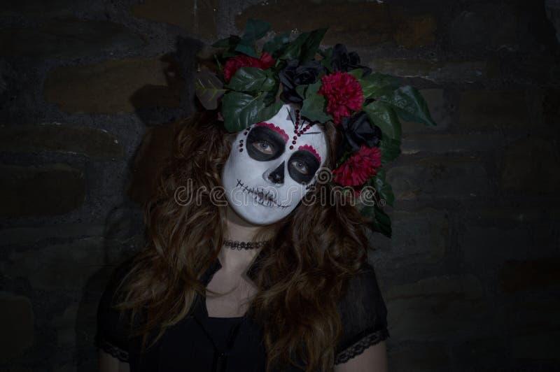 Jovem mulher atrativa com composição mexicana do crânio do açúcar foto de stock royalty free