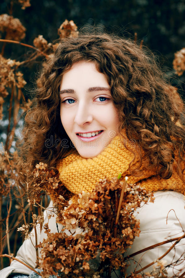 Jovem mulher atrativa com fluxo secado próximo da hortênsia do cabelo encaracolado imagem de stock royalty free