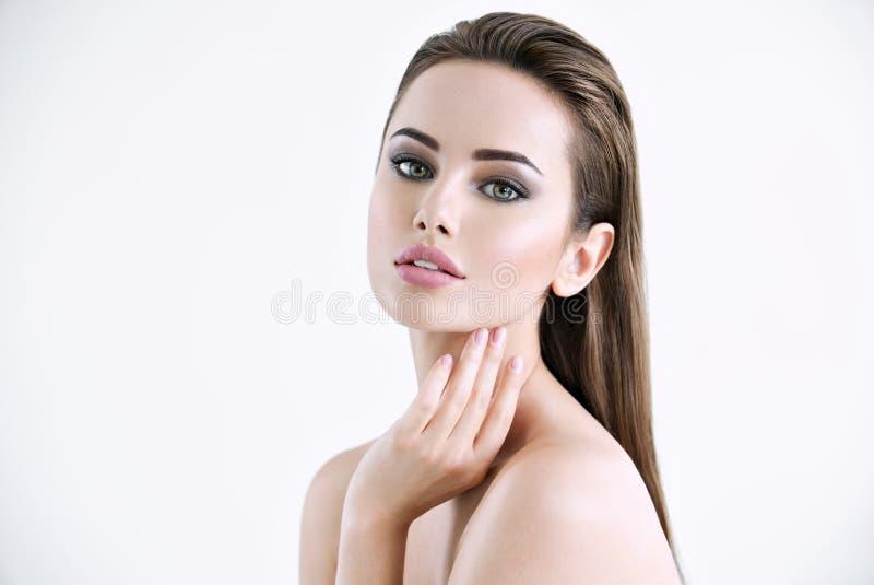 Jovem mulher atrativa com pele limpa de uma cara foto de stock