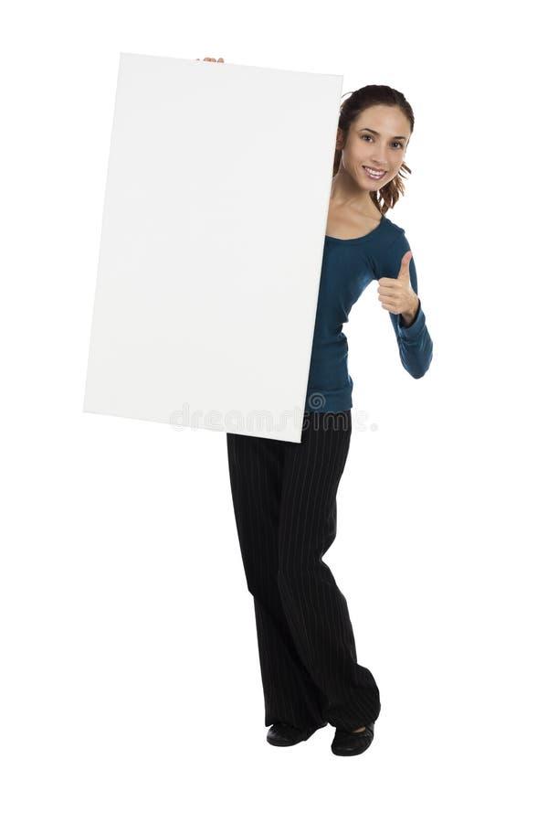 Jovem mulher atrativa com um cartaz vazio para a propaganda imagens de stock
