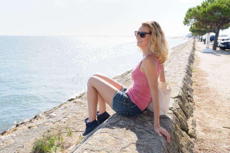 Jovem mulher atrativa do retrato na costa de mar foto de stock