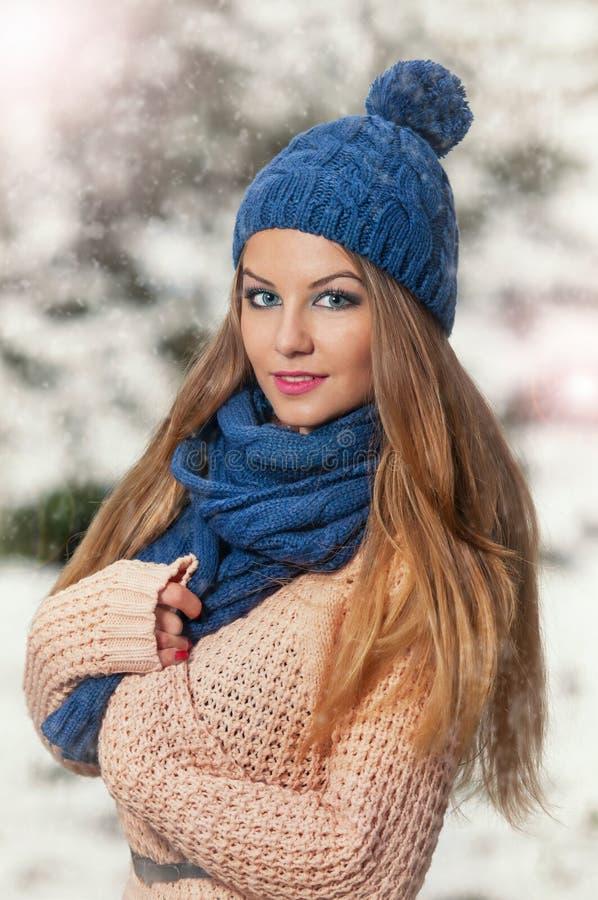 Jovem mulher atrativa em um tiro da forma do inverno imagem de stock royalty free