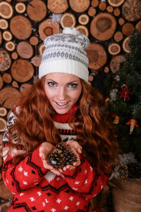 Jovem mulher atrativa em uma forma do inverno fotos de stock