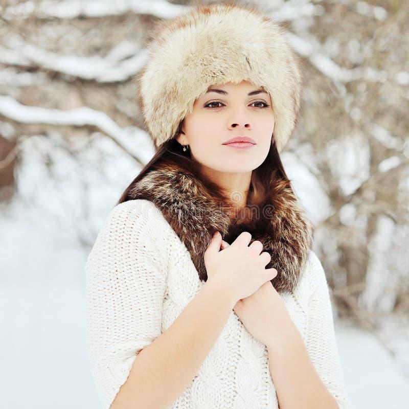 Jovem mulher atrativa no inverno exterior imagens de stock royalty free