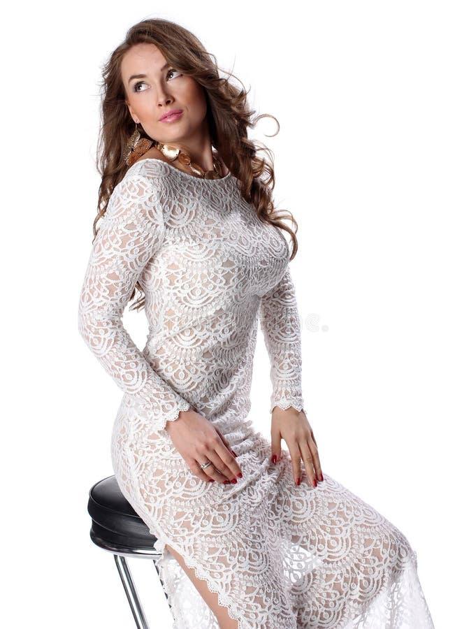 Jovem mulher atrativa no vestido branco elegante que olha acima foto de stock