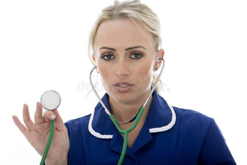 Jovem mulher atrativa que levanta como um doutor ou uma enfermeira foto de stock royalty free