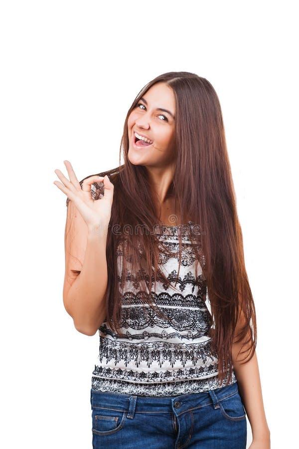 Jovem mulher atrativa que mostra o sinal aprovado fotografia de stock