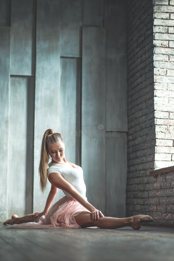 Jovem mulher atrativa que pratica no estúdio da dança imagens de stock