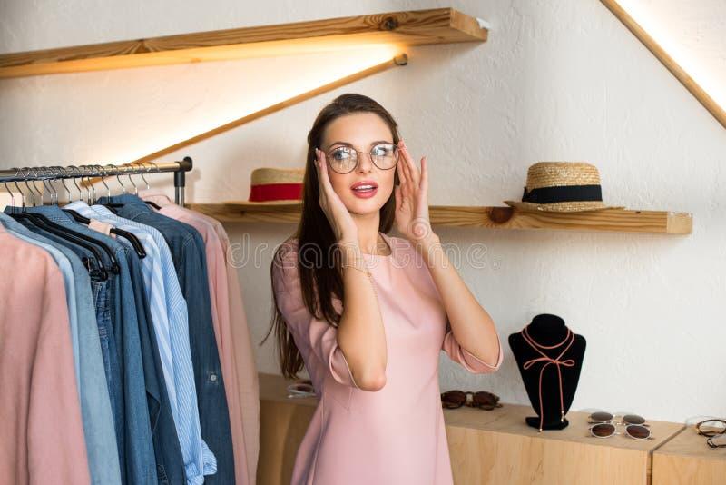jovem mulher atrativa que tenta em monóculos fotos de stock