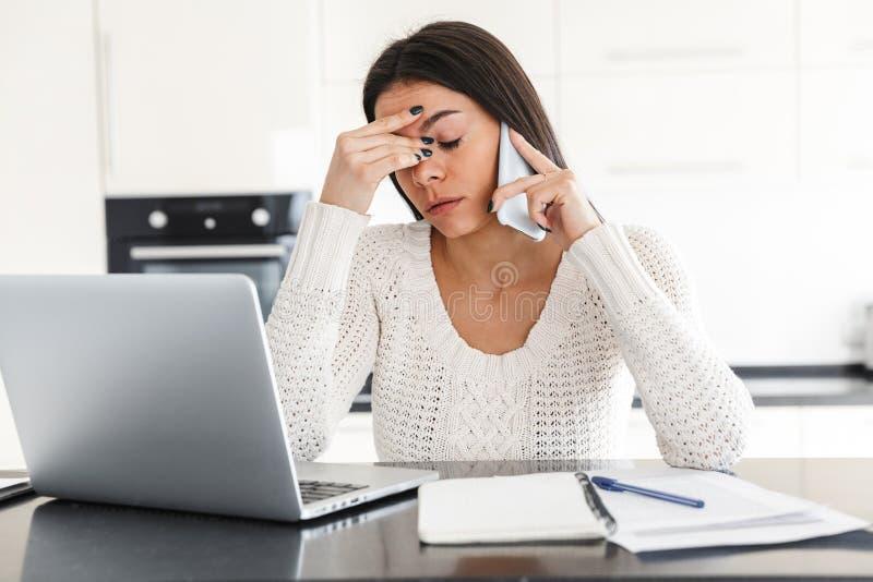 Jovem mulher atrativa que trabalha com laptop imagem de stock