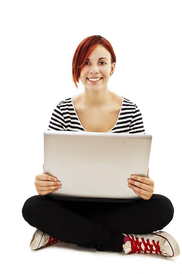 Jovem mulher atrativa que usa o computador portátil imagem de stock royalty free
