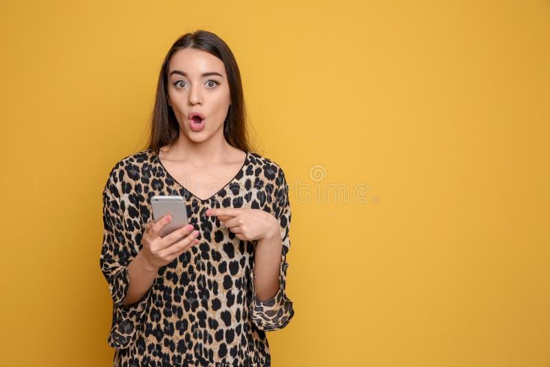 Jovem mulher atrativa que usa o telefone celular fotografia de stock