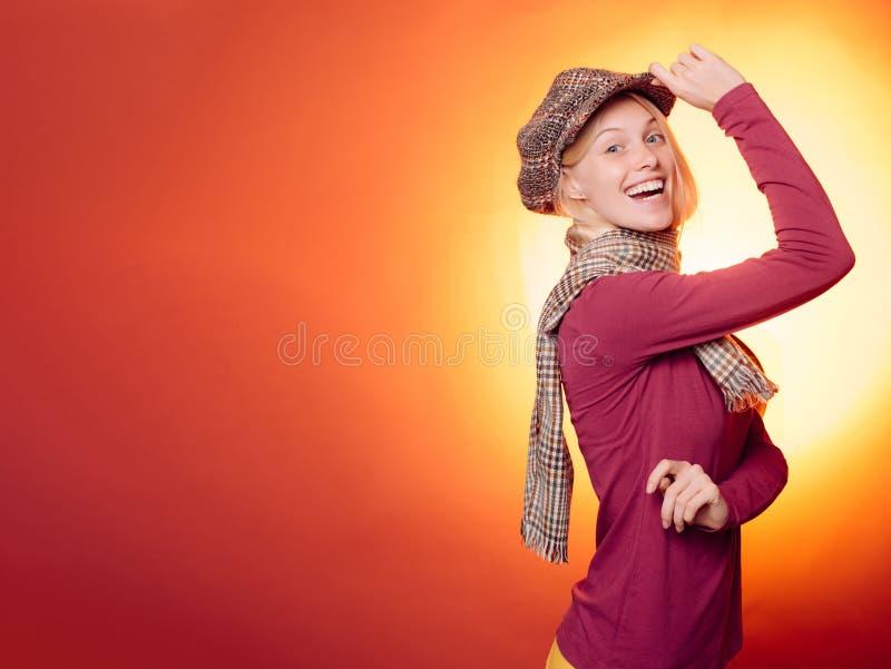 Jovem mulher atrativa que veste na roupa sazonal elegante que tem o humor outonal Conceito do outono Sensual bonito fotografia de stock